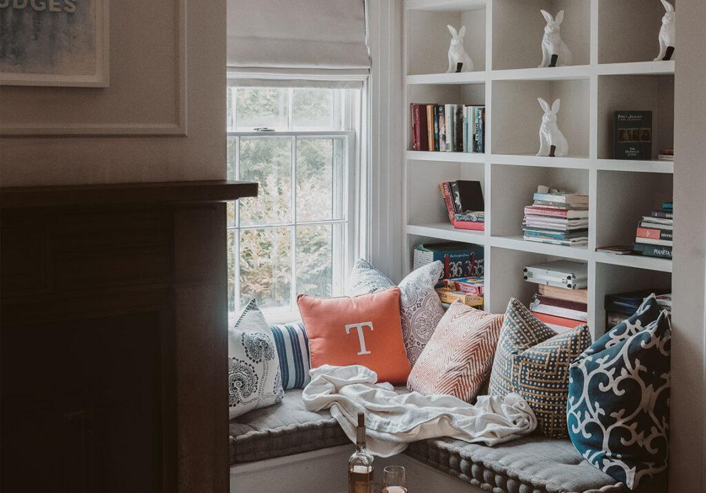 platsbyggd-bokhylla-med-soffa-spegelpaneler